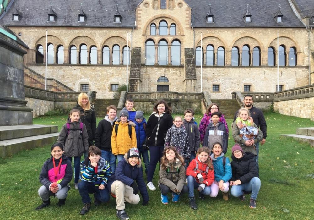Die Forscherklasse vor der Kaiserpfalz. Fotos: Adolf-Grimme-Gesamtschule