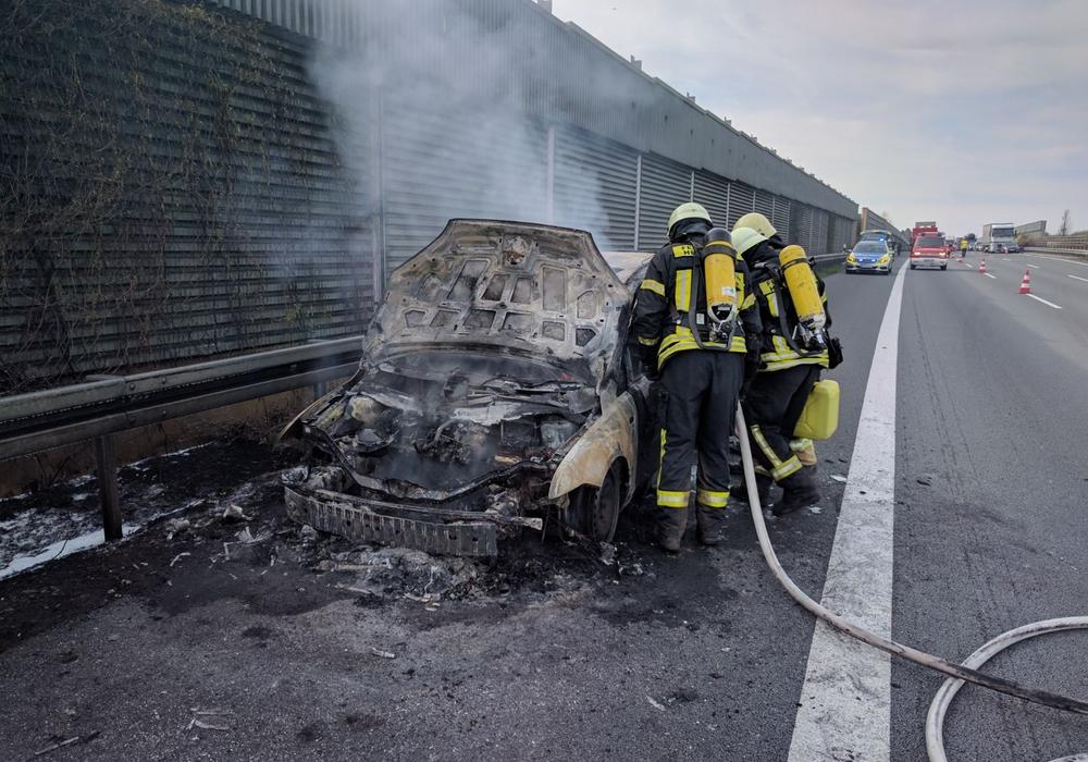 Auf der A2 fing ein Auto Flammen und brannte vollständig aus. Fotos: Alexander Weis/ Feuerwehr Helmstedt