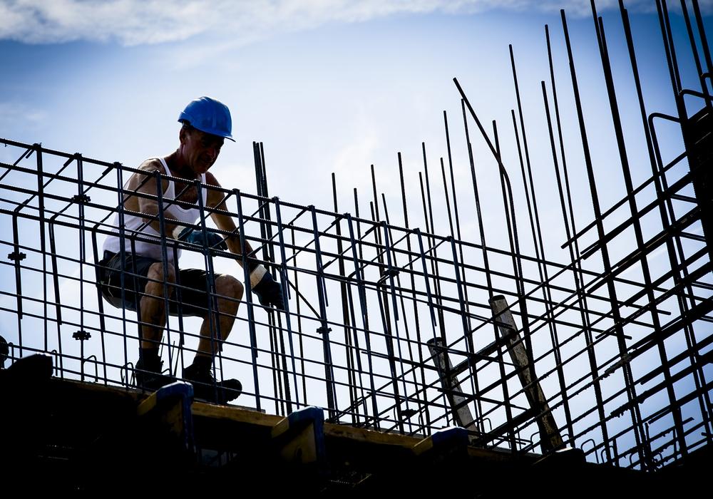 Alle Hände voll zu tun haben Bauarbeiter nicht nur im Sommer: Die Bauwirtschaft brummt. Jetzt bekommen Maurer & Co. ein kräftiges Lohn-Plus. Foto: IG BAU