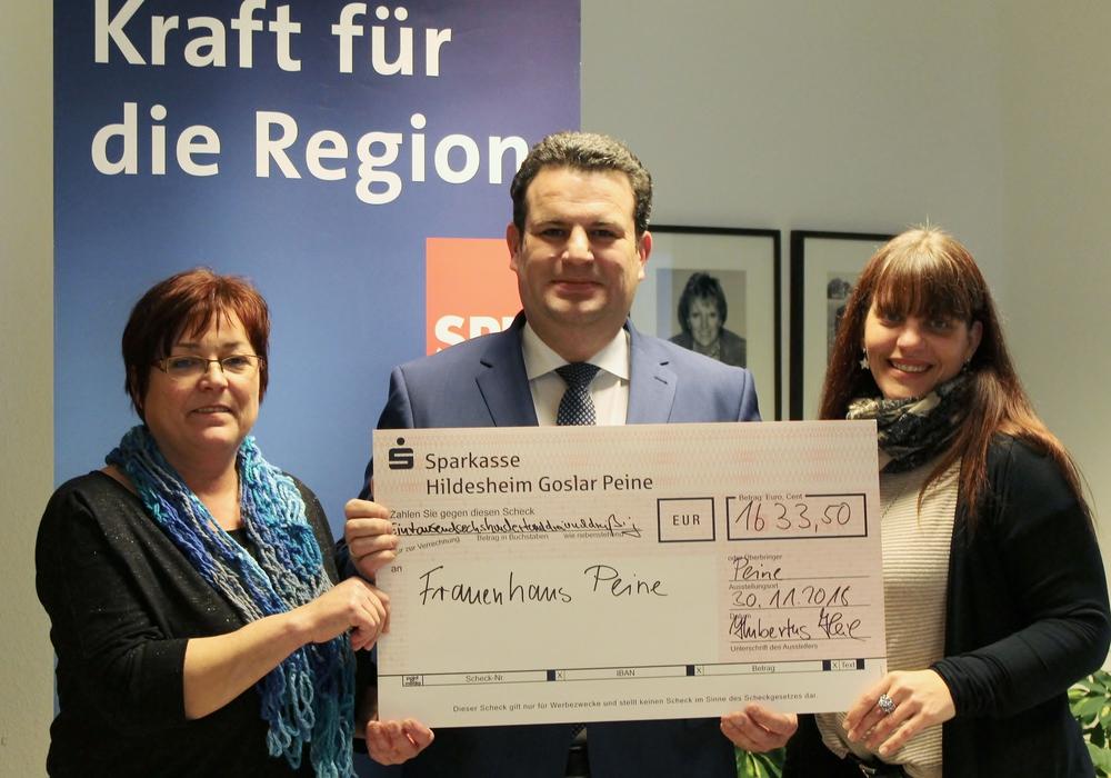 Hubertus Heil (SPD) übergab eine Spende an das Frauenhaus Peine. Foto: SPD