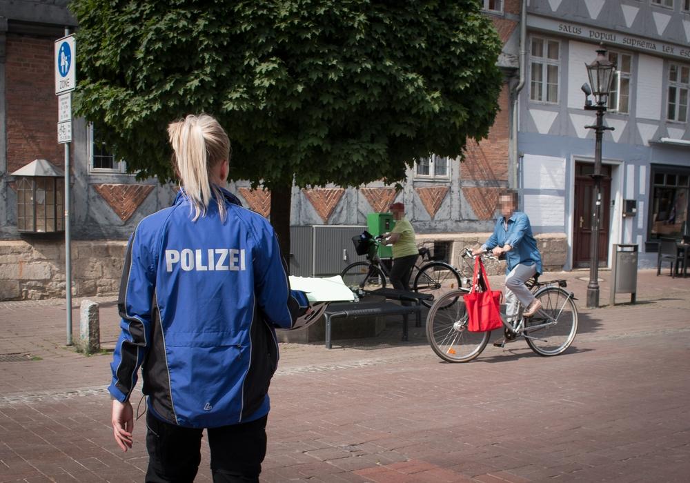 Die Polizei kontrollierte Radfahrer in der Wolfenbütteler Fußgängerzone. Foto: Werner Heise