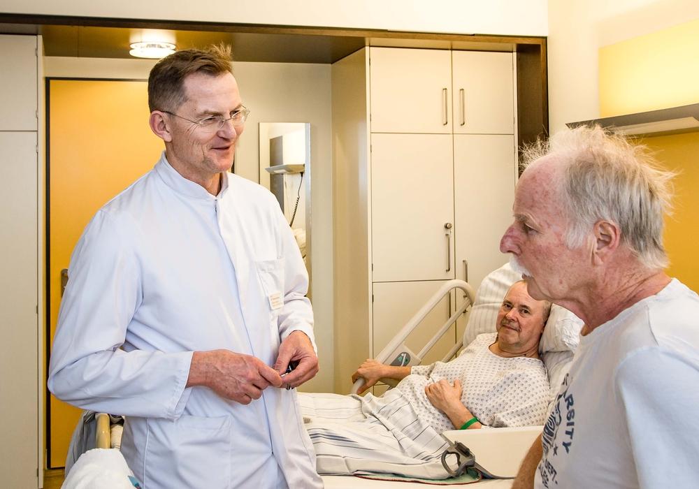 Dr. Gaertner im Patientengespräch. Foto: Helios Klinikum Salzgitter GmbH