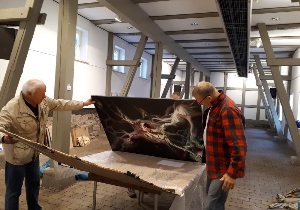 Zahlreiche Helfer von Bergstadtverein Sankt Andreasberg und Nationalpark Harz packen mit an, um auch die diesjährige Kunstausstellung NATUR – MENSCH 2018 wieder zu einem eindrucksvollen Kunsterlebnis werden zu lassen. Foto: Cordula Dähne-Torkler
