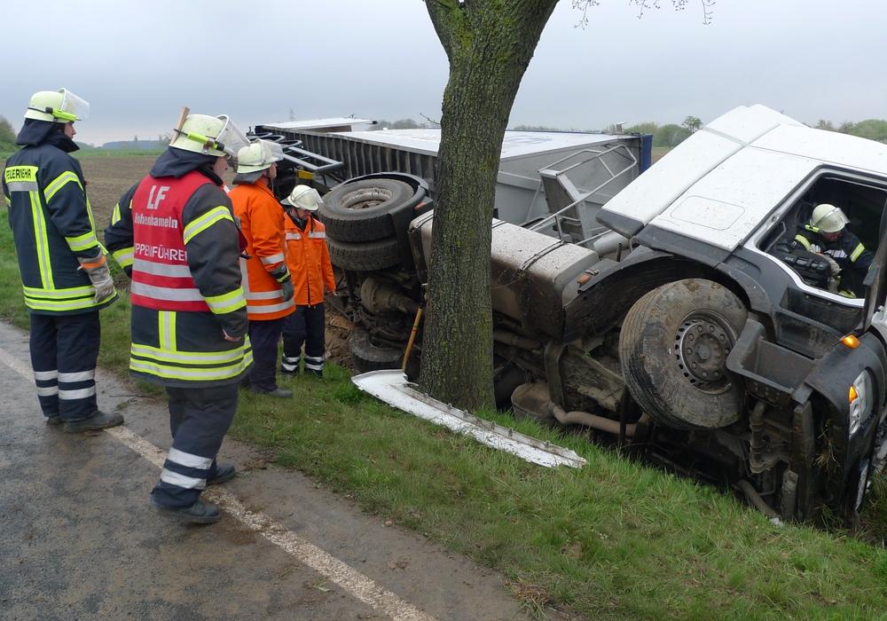 Ein umgekippter LKW verursachte einen komplexen Feuerwehreinsatz. Foto: Feuerwehr Hohenhameln