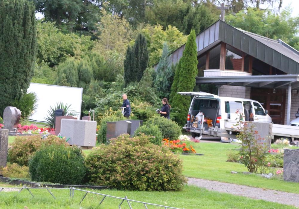 Auf dem Friedhof in Fümmelse wird nach der verschwundenen Mandy Müller gesucht. Foto: Werner Heise