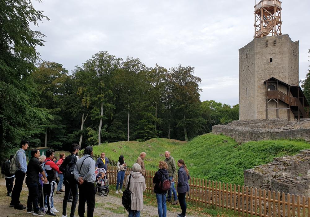 Die Exkursions-Teilnehmer der Sprachschule Baddeckenstedt bei ihrem Ausflug zur Burg Lichtenberg. Foto: DRK