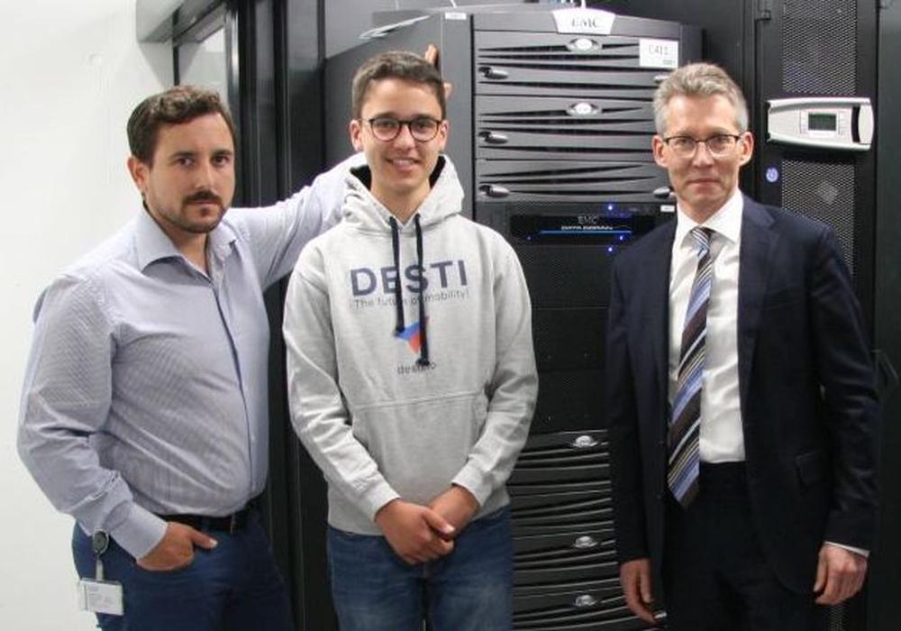 Giovanni Coppa (links) und Dr. Frank Kästner (rechts) begrüßten Paul Obernolte im Rechenzentrum. Foto: WOBCOM
