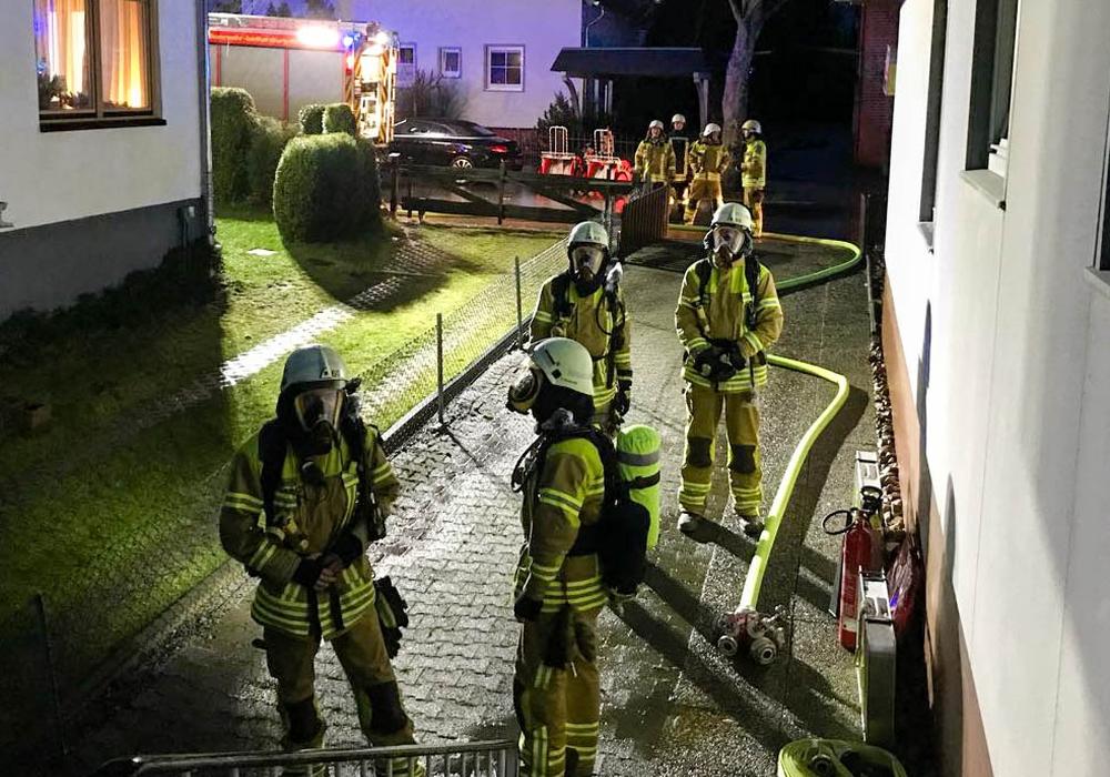 Da die Lage über die Alarmierung noch nicht richtig einzuschätzen war, wappnete sich die Feuerwehr vorsorglich für den Brandeinsatz. Auch Atemschutztrupps waren bereit. Foto: Feuerwehr Stadt Bad Harzburg
