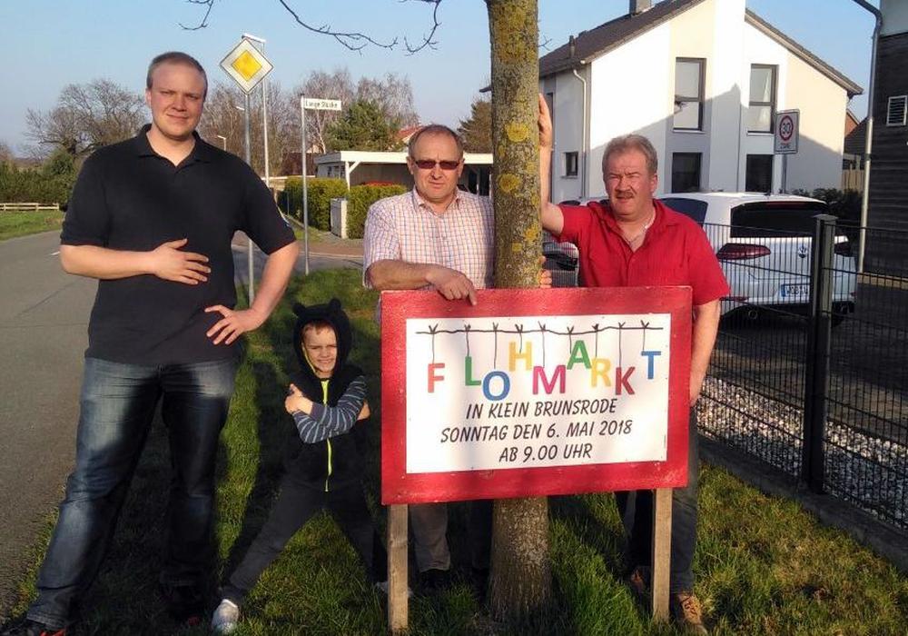 v.l.: Ortsbrandmeister Jan Behrendt, Ortsbürgermeister Peter Ebel mit Enkel und Eckard Rubach von der Jungen Gesellschaft. Foto: Gemeinde Lehre