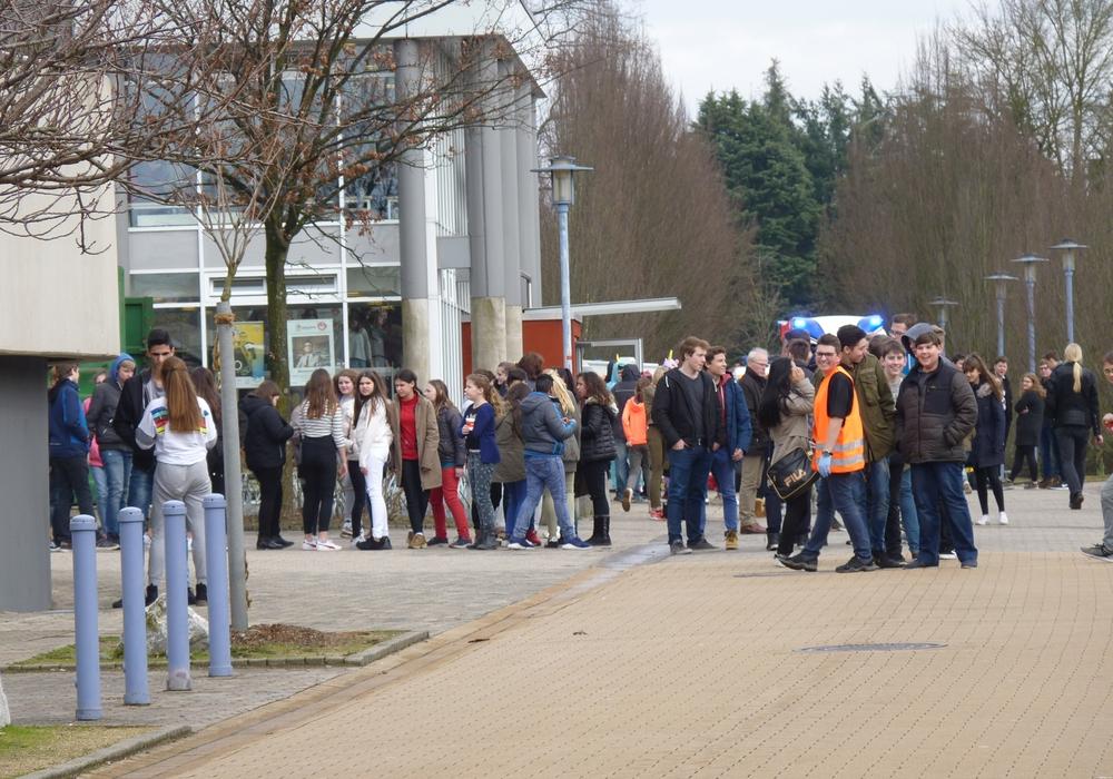 Die Schule musste wegen Gasentwicklung geräumt werden. Fotos: Feuerwehr