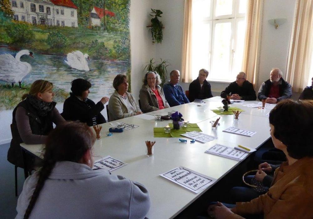 Auf dem Foto ein Vorbereitungstreffen im DGH unter Leitung der Ortsbeauftragten Marianne Marschall (3. von li. an der Stirnseite des Tisches) für den Dorfflohmarkt in Schliestedt. Foto: Privat