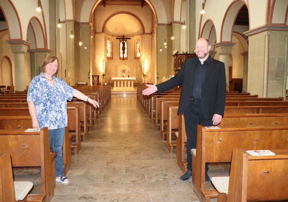Christiane Kreiß und Matthias Eggers zeigen den Standort des Taufbrunnens. Fotos, sofern nicht anders angegeben: Julia Seidel