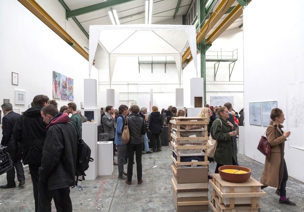 Besucher während der Eröffnung des Kunstmarktes, Foto: HBK Bildredaktion, Hauke Burghart