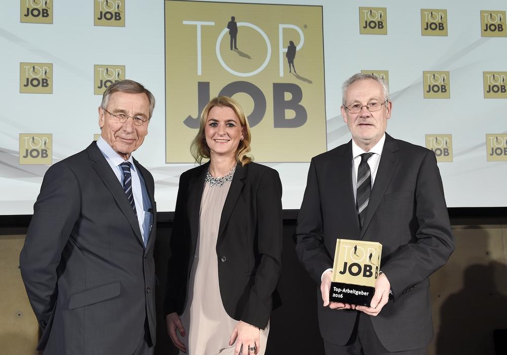 Wolfgang Clement (l.) überreichte die Auszeichnung an Maren Maibom und Martin Satzky von der Volksbank BraWo. Foto: Top Job