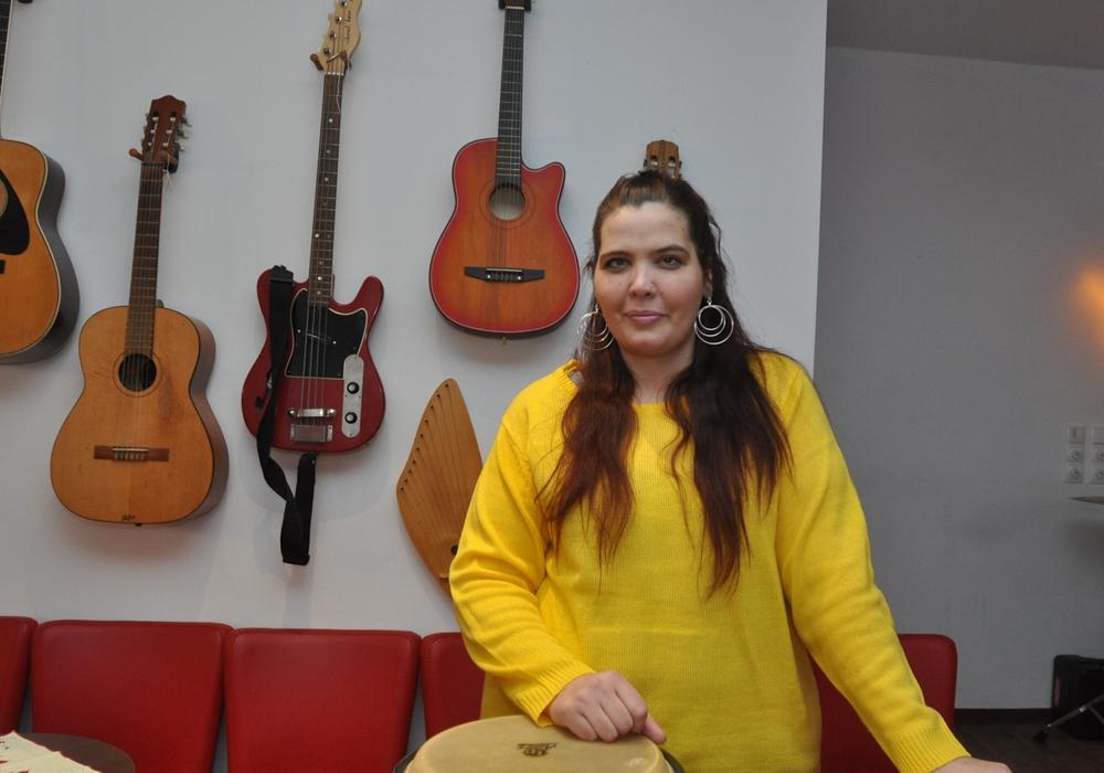 Angela Thurau sorgt im Café Muck unter anderem für den Ausschank. Foto: Lebenshilfe