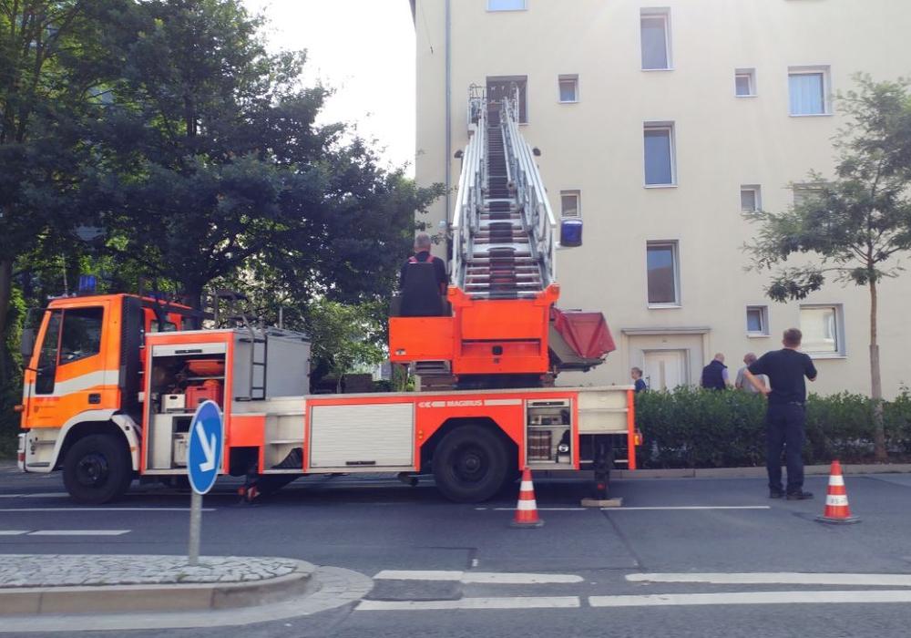 Am Altstadtring: Beamte gelangen über die Drehleiter in die Wohnung. Foto: Alexander Panknin