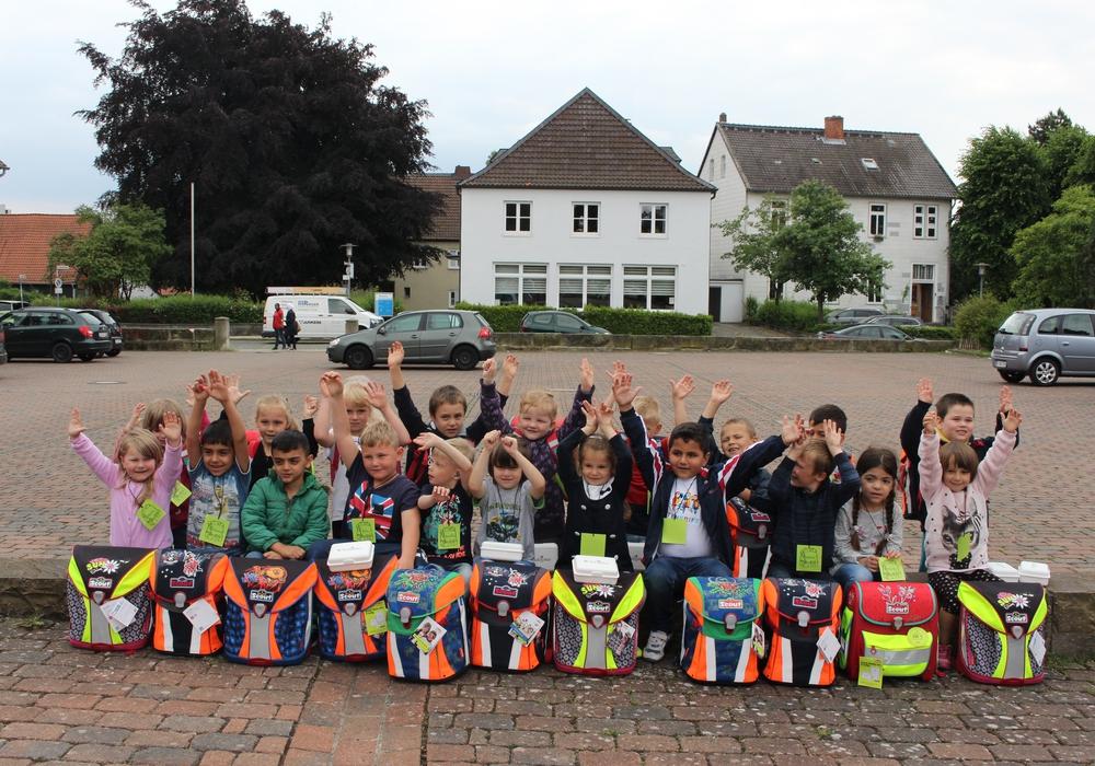 Deutsches Kinderhilfswerk verteilt 50 Schulranzen an Schüler in Salzgitter Foto: Antonia Henker