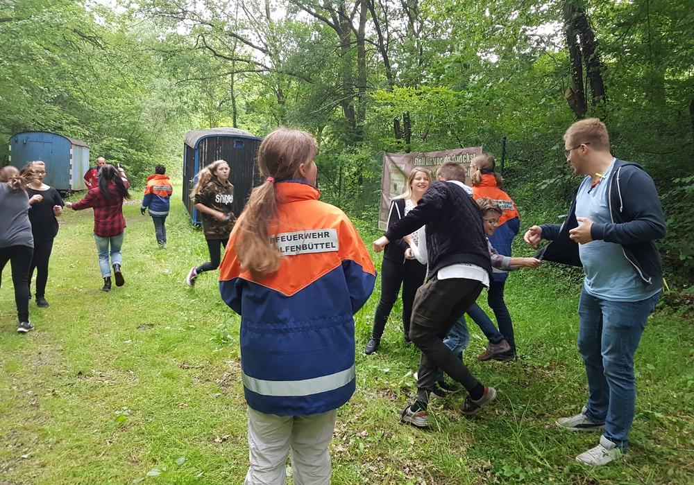 """Die Jugendfeuerwehr Adersheim bei dem """"Wäscheklammer-Spiel"""" im Oderwald. Foto: Privat"""