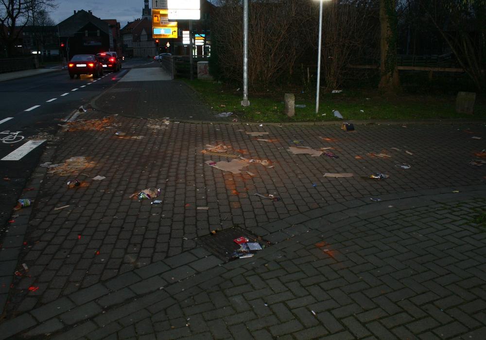 Reste von Knaller zeugen noch heute von der Silvesternacht. Foto: Anke Donner