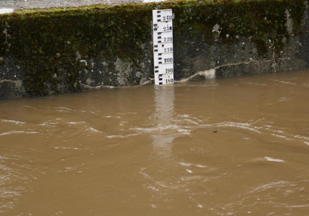 Ein zu schnelles Abschmelzen der derzeitigen Schneemassen könnte Flüsse über die Ufer treten lassen. (Symbolbild)