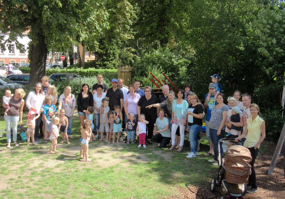 """Unter dem Motto """"Strandparty"""" feierten, Kinder, Eltern, Mitarbeiterinnen und Gäste der AWO – Krippe Okerknirpse ihr Sommerfest. Foto: Privat"""