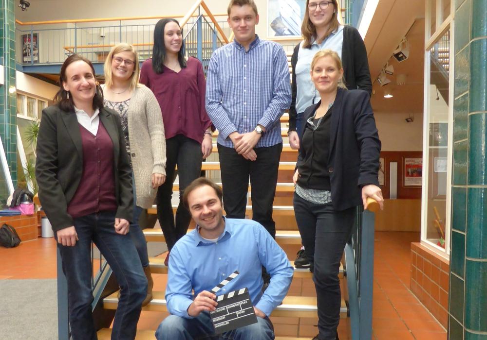 Die Auszubildenden des zweiten Lehrjahres: Kira Löhne (von links), Larissa Lyzio, Nadine Bewig, Sven Braukmann, Laura Hübner und Juliane Schell. Vorn: Benjamin Dietrich