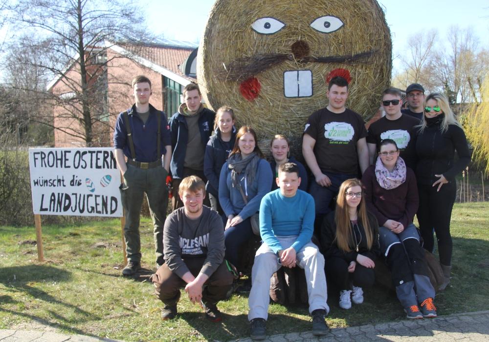 Die Mitglieder der Isenbütteler Landjugend haben im Ort zwei übergroße Osterhasen aufgestellt. Foto: Landjugend Isenbüttel