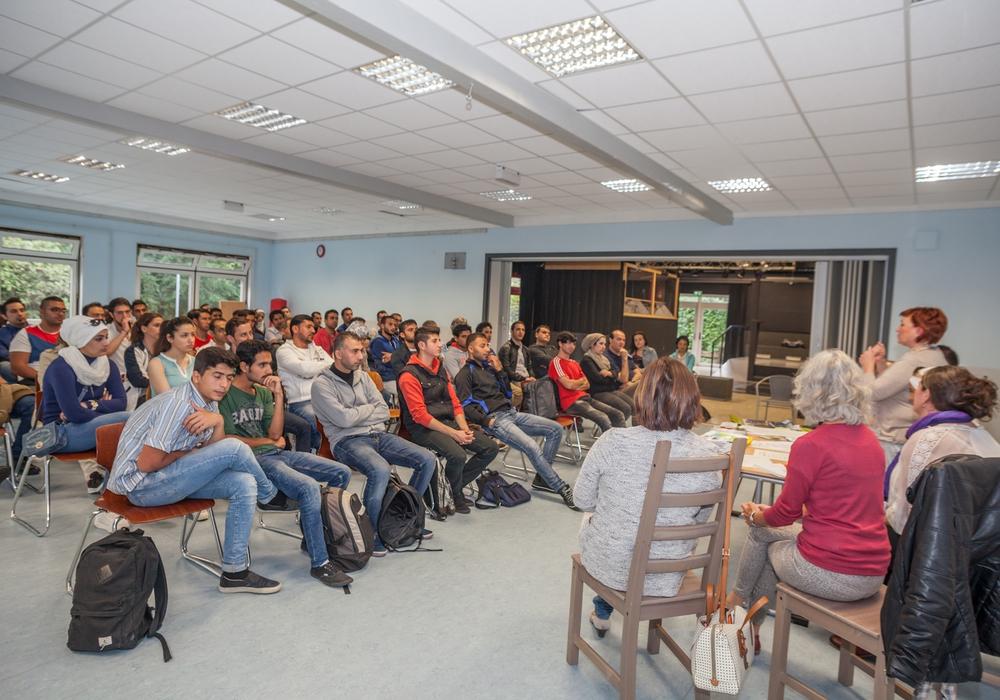 Im Jugendzentrum B6 fand heute eine Inforveranstaltung statt. Ziel war über Aktivitäten, Sprachkurse und Angebote, die von der Stadt Goslar noch in diesem Jahr für Flüchtlinge geplant sind, zu berichten.  Foto: Alec Pein