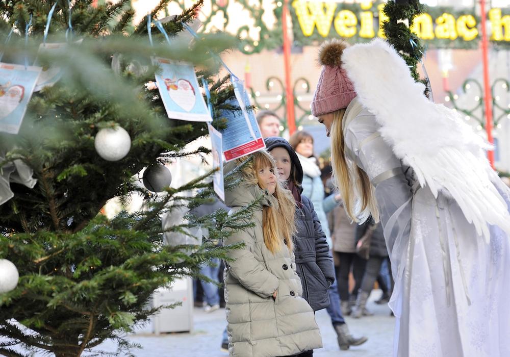 Bei der Aktion Wunschbaum können Braunschweigerinnen und Braunschweiger Weihnachtsengel spielen. Foto: Braunschweig Stadtmarketing GmbH / Daniel Möller