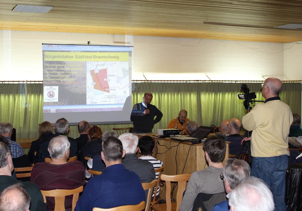 Edgar Vögel, Sprecher der Bürgerinitiative, präsentierte schockierende Zahlen. Foto: Nino Milizia