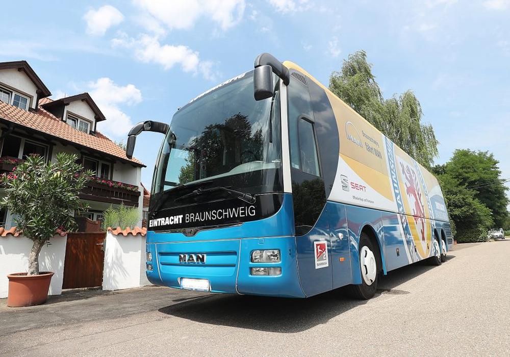 Der Mannschaftsbus von Eintracht Braunschweig bekommt ein neues Kennzeichen. Foto: Agentur Hübner