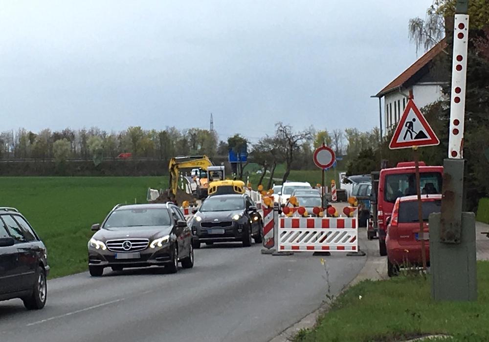 Die Baustelle ist derzeit für den Verkehr nur  stadteinwärts freigegeben. Allerdings halten sich nicht alle daran. Fotos: Julia Seidel