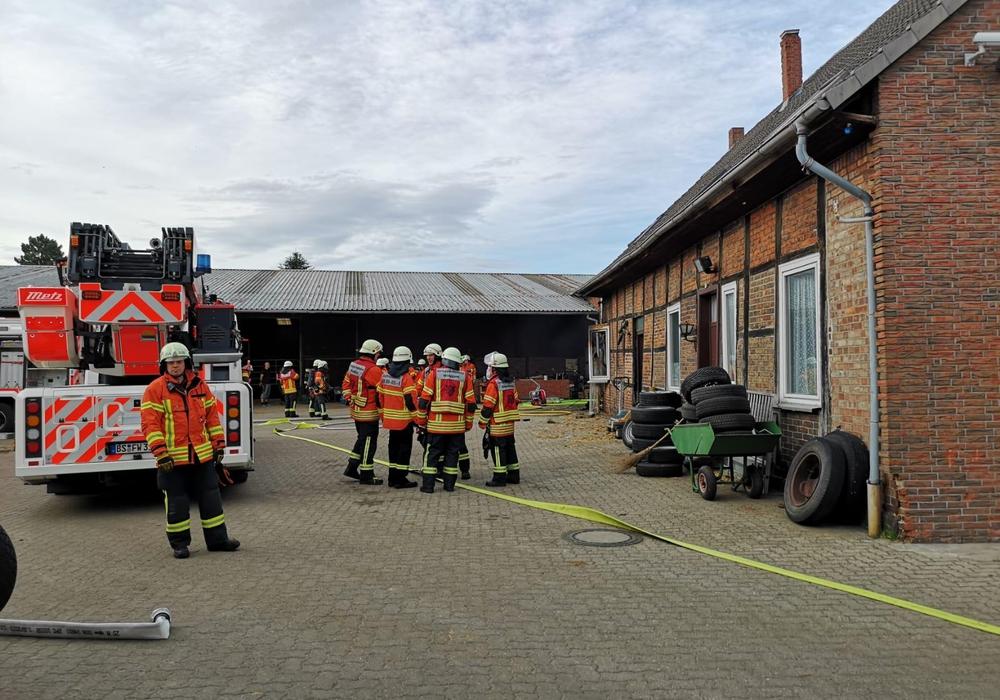 Das Feuer ist mittlerweile gelöscht. Die Einsatzkräfte befinden sich bei den Löscharbeiten. Fotos: Aktuell24(KR)