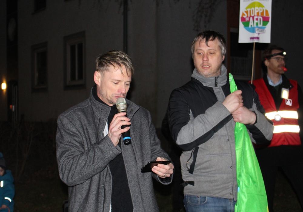 Die stellvertretenden Bürgermeister Stefan Klein und Marcel Bürger verlasen im Rahmen der Mahnwache gegen den Neujahrsempfang der AfD die gemeinsame Erklärung der Ratsfraktionen von SPD, CDU, Grünen und Linke.