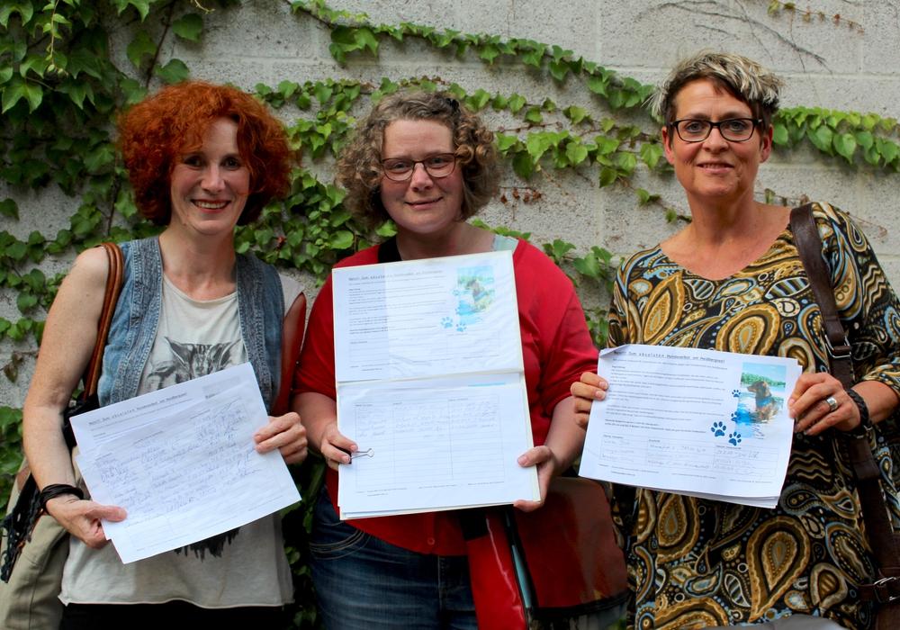 Von links: Janett Tomkowiak, Astrid Tilch und Annette Welte machen sich mit ihrer Initiative für die Aufhebung des Hundeverbots stark. Foto: Nick Wenkel