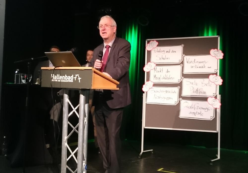 Der Erste Stadtrat Werner Borcherding eröffnet das Gründungstreffen