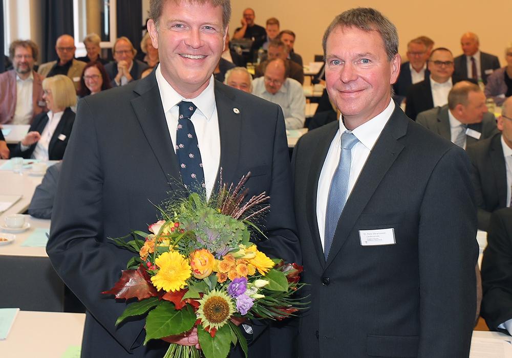 Von links: Dr. Jan Lemke erhält die Glückwünsche von Synodenpräsident Dr. Peter Abramowski zur erfolgreichen Wahl. Foto: Agentur Hübner