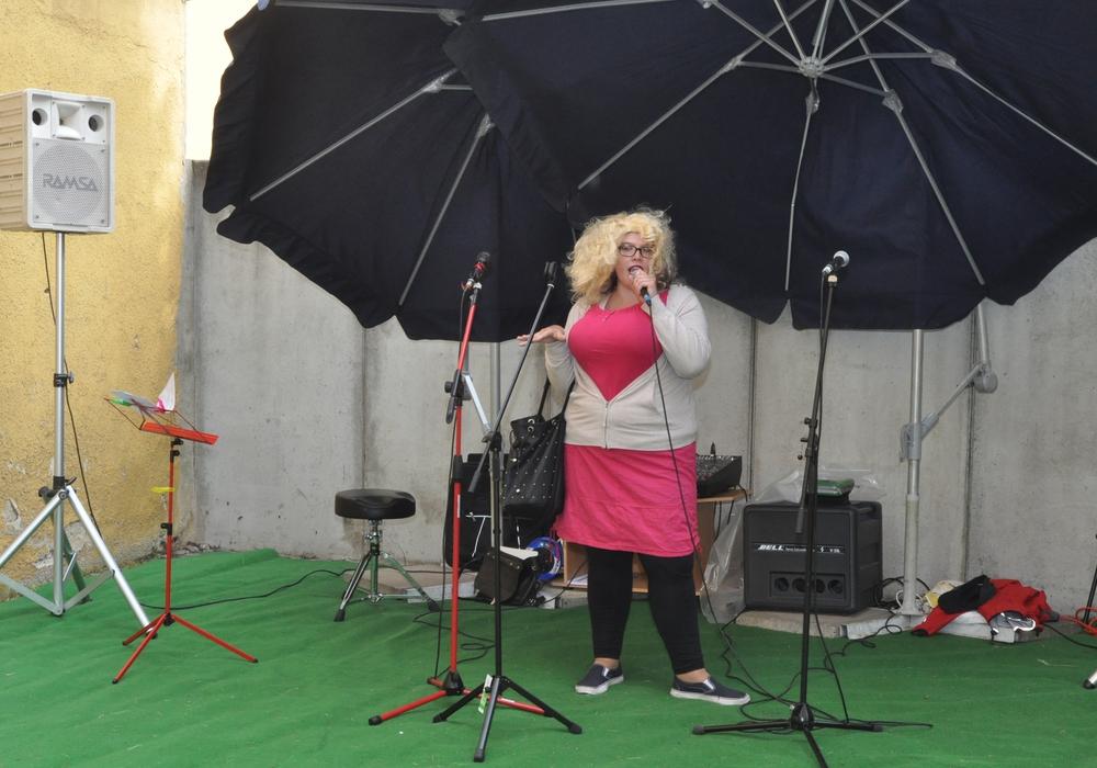 Angela Rensch, ehrenamtliche Mitarbeiterin der Lebenshilfe, überzeugte auf der Sommerfete des Café Muck als Cindy aus Marzahn. Fotos: Lebenshilfe