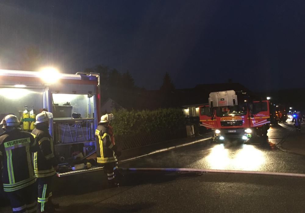 In Hahndorf kam es am Dienstagabend zu einem Dachstuhlbrand. Ein Mann erlitt dabei eine Rauchgasvergiftung. Fotos: Anke Donner