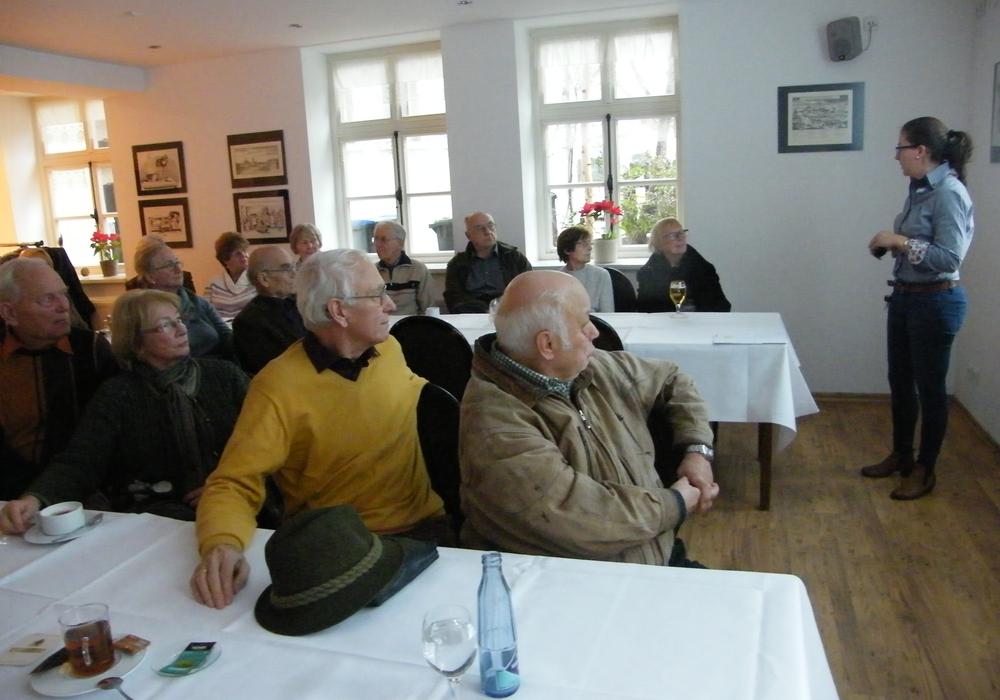 Zell- und Molekularbiologin Anne Reupke (stehen) informierte die  CDU-Senioren. Foto: Privat
