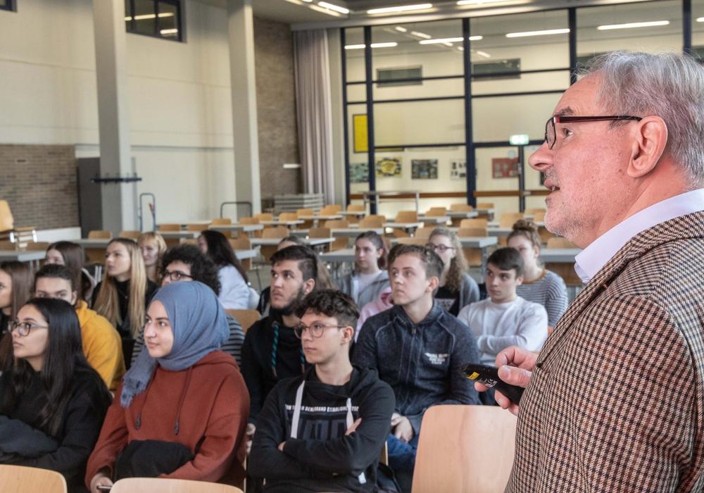 Am Freitag berichtete Manfred Caspar in der Ludwig-Erhard-Schule über seine Jugend in und seinen Fluchtversuch aus der ehemaligen DDR. Fotos: Rudolf Karliczek