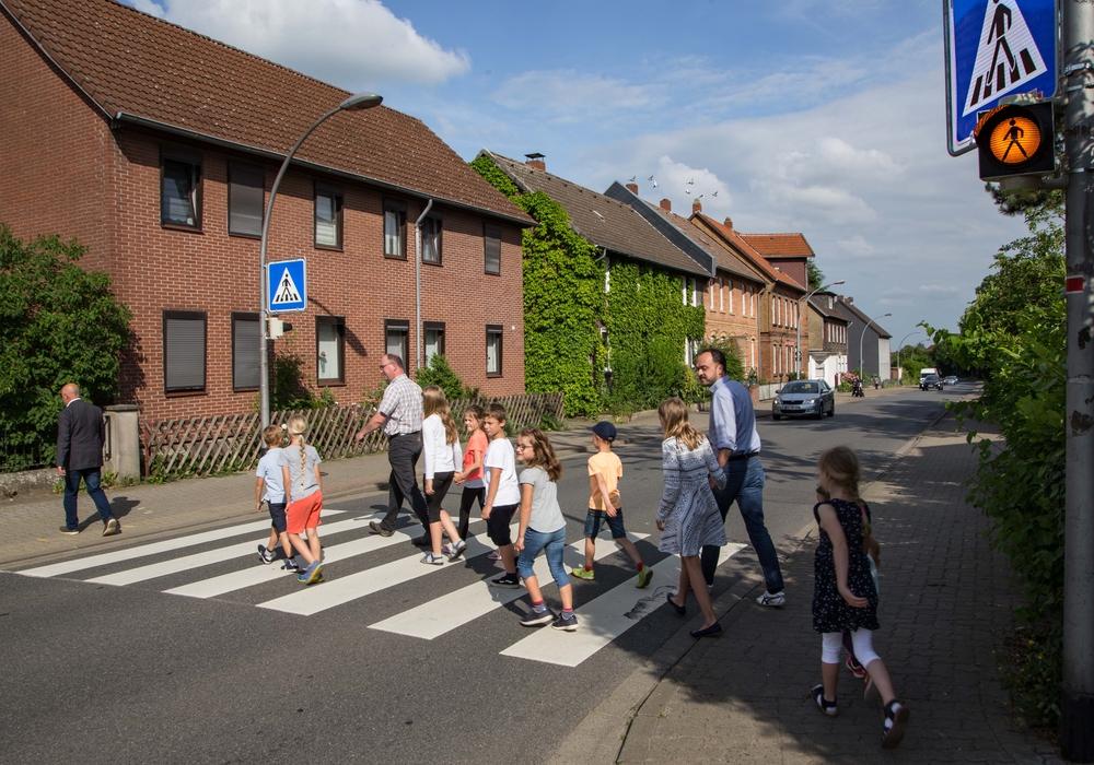 Vertreter des Schulelternrates begehen mit einigen Schülern probeweise den neu beschilderten Zebrastreifen. Foto: Rudolf Karliczek