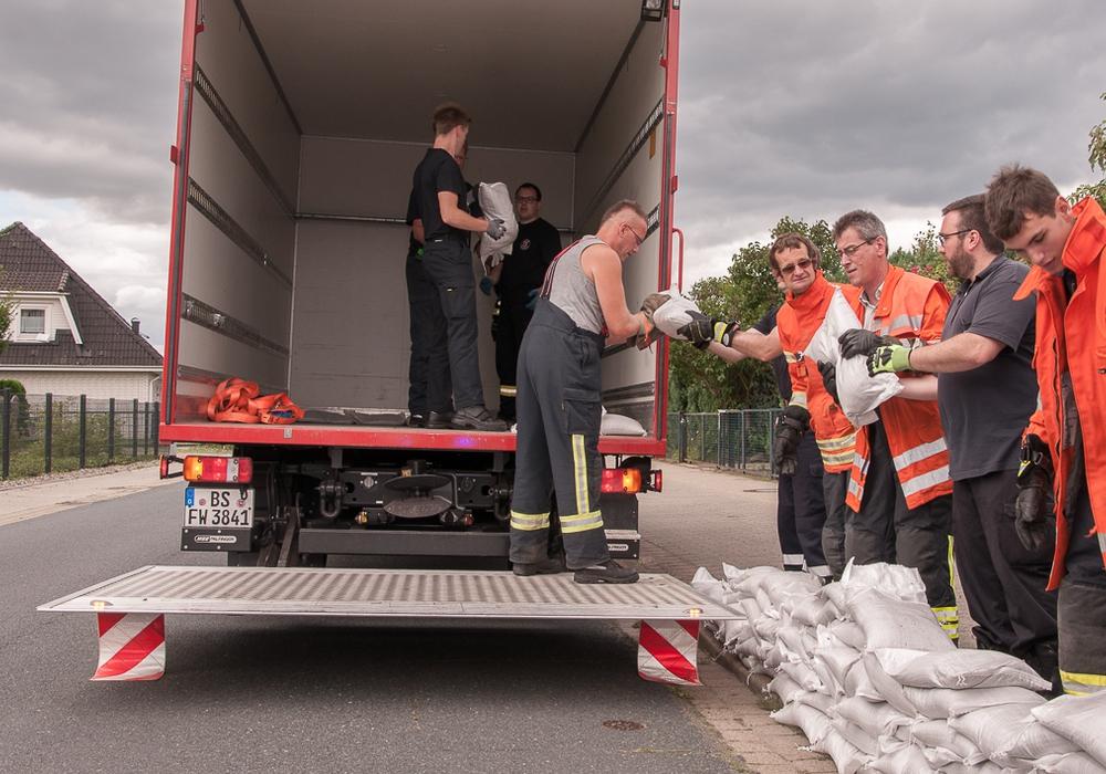 Kräfte der Ortsfeuerwehr Stöckheim und des ABC-Zuges beim Rückbau der Sandsäcke. Fotos: Feuerwehr Braunschweig
