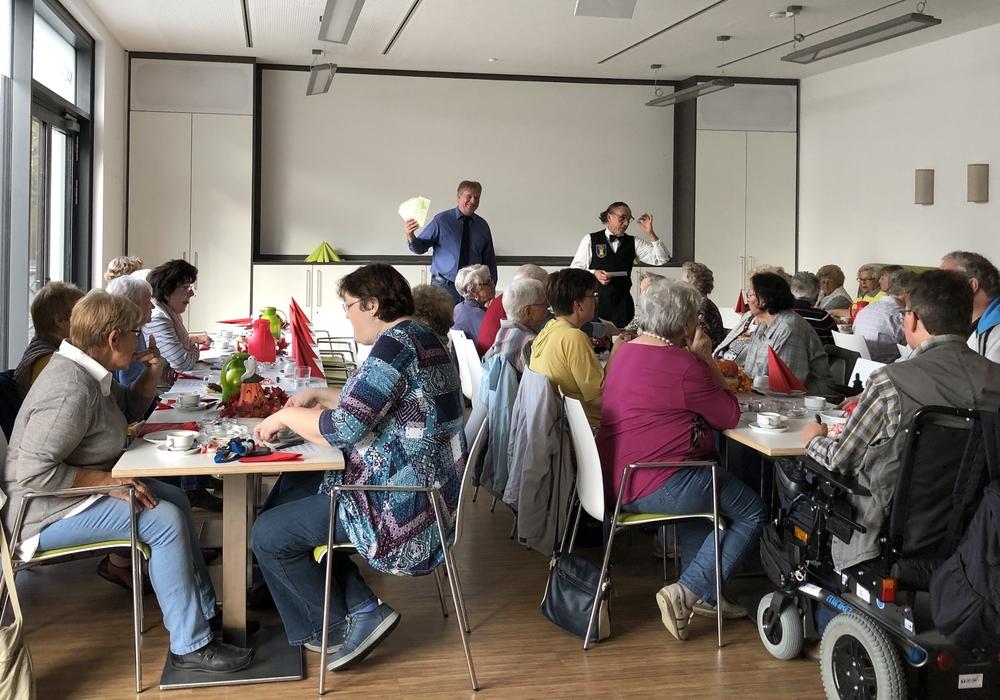 """Hochkonzentriert verfolgten die Teilnehmer jedes Mal die gezogenen Zahlen bis endlich das Gewinnerwort """"Bingo"""" fiel. Foto: Ralf Mühlisch"""