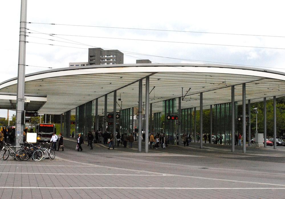 Vergeblich wartet man heute auf Busse und Bahnen - Hier der Busbahnhof am Bahnhof in Braunschweig. (Archivbild)