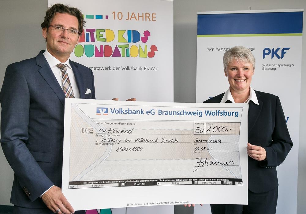 BU: Mark Uhde, Vorstandsmitglied der Volksbank eG Braunschweig Wolfsburg, freut sich über die Spende von Gisa Johannes, PKF. Foto: Peter Sierigk