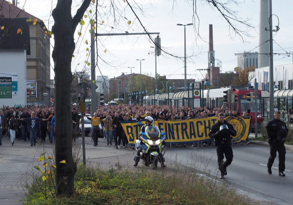 Imposanter Marsch zum Stadion vor dem Spiel gegen Bochum. Foto: Bernhard Grimm