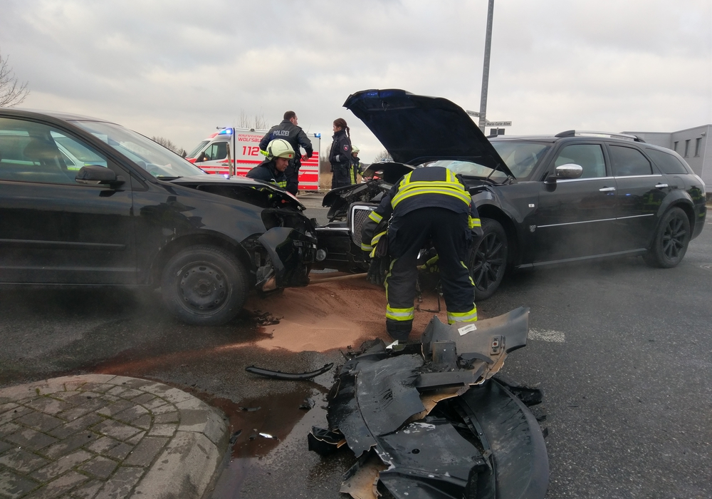 Die Fahrzeuge kollidierten frontal und verloren viele Betriebsstoffe. Foto: Feuerwehr Vorsfelde