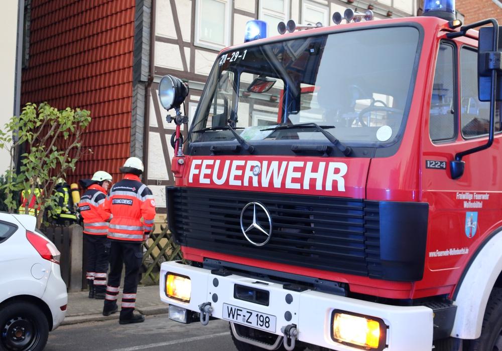 Feuerwehr, Rettungsdienst und Polizei eilten zu einem Entstehungsbrand in die Schützenstraße. Foto: Werner Heise