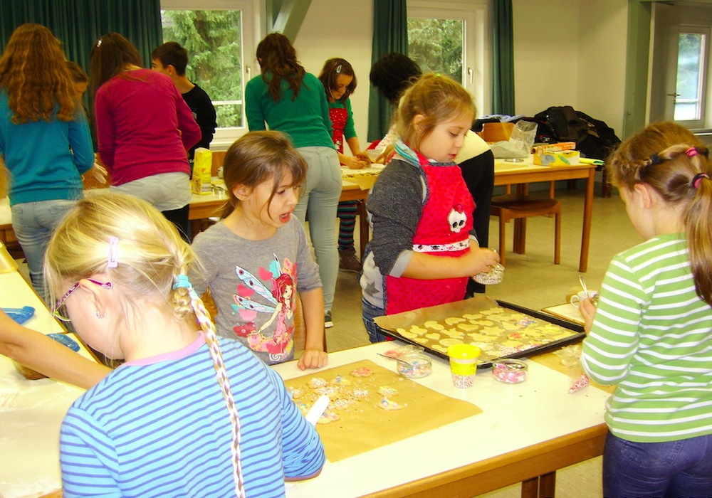 Kinder der Kinderkirche Börßum backen für ältere Mitbewohner. Foto: Privat
